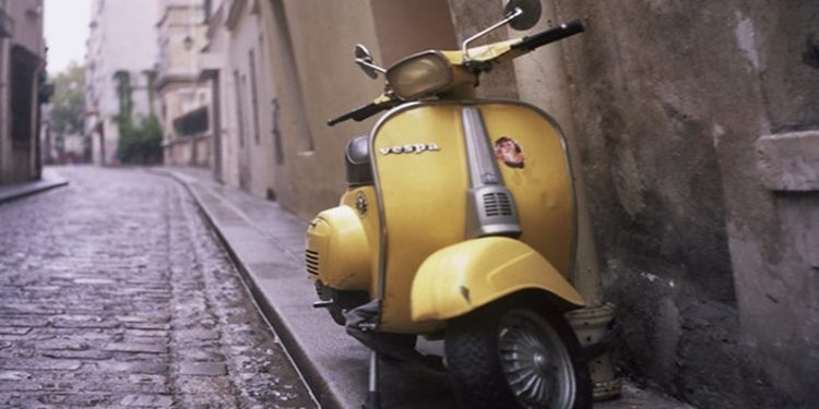 Un scooter jaune