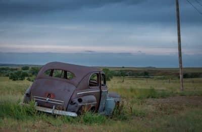 épave de vieille voiture sur le bord de la route